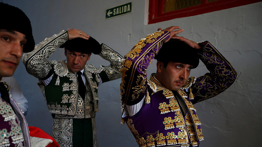 Spanish bullfighter Javier Castano (R) and assistant bullfighters prepare for the last bullfight at the San Fermin Festival in Pamplona, northern Spain, July 14, 2016. REUTERS/Susana VeraCODE: X01622