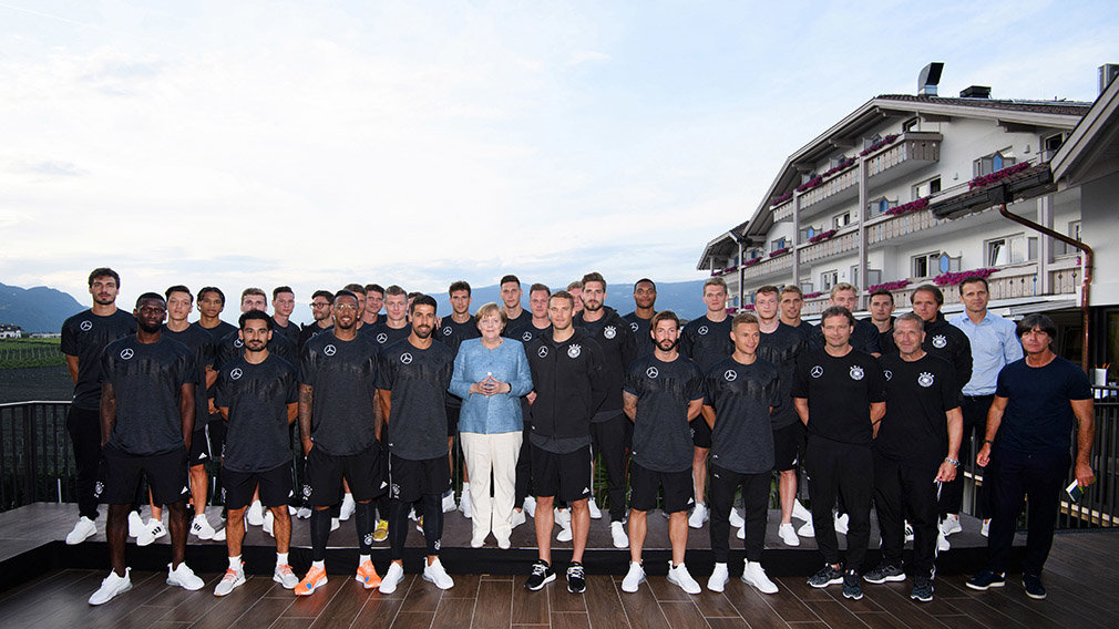 EPP01. Eppan (Italy), 03/06/2018.- German Chancellor Angela Merkel (C) of the Christian Democratic Union (CDU) visits the German national soccer team at their training camp in Eppan, Italy, 03 June 2018. The German squad prepares for the upcoming FIFA World Cup 2018 soccer championship in Russia at a training camp in Eppan, South Tyrol, until 07 June 2018. (Mundial de Fútbol, Rusia, Italia) EFE/EPA/MARKUS GILLIAR / POOL