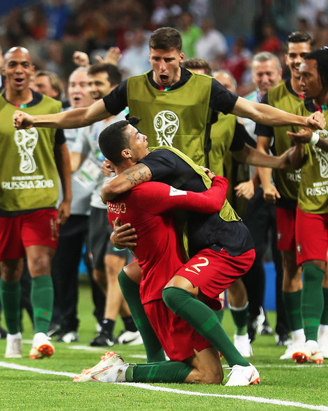 Sochi (Russian Federation), 15/06/2018.- Cristiano Ronaldo (front L) of Portugal celebrates with his teammates after scoring the 2-1 lead during the FIFA World Cup 2018 group B preliminary round soccer match between Portugal and Spain in Sochi, Russia, 15 June 2018. (RESTRICTIONS APPLY: Editorial Use Only, not used in association with any commercial entity - Images must not be used in any form of alert service or push service of any kind including via mobile alert services, downloads to mobile devices or MMS messaging - Images must appear as still images and must not emulate match action video footage - No alteration is made to, and no text or image is superimposed over, any published image which: (a) intentionally obscures or removes a sponsor identification image; or (b) adds or overlays the commercial identification of any third party which is not officially associated with the FIFA World Cup) (España, Mundial de Fútbol, Rusia) EFE/EPA/FRIEDEMANN VOGEL EDITORIAL USE ONLY