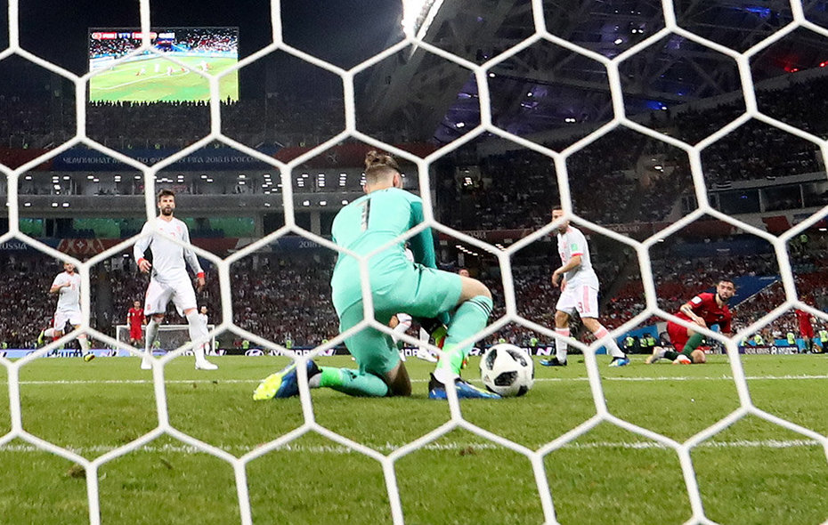 Sochi (Russian Federation), 15/06/2018.- Spain goalkeeper David de Gea fumbles the ball and Portugal go 2-1 up during the FIFA World Cup 2018 group B preliminary round soccer match between Portugal and Spain in Sochi, Russia, 15 June 2018. (RESTRICTIONS APPLY: Editorial Use Only, not used in association with any commercial entity - Images must not be used in any form of alert service or push service of any kind including via mobile alert services, downloads to mobile devices or MMS messaging - Images must appear as still images and must not emulate match action video footage - No alteration is made to, and no text or image is superimposed over, any published image which: (a) intentionally obscures or removes a sponsor identification image; or (b) adds or overlays the commercial identification of any third party which is not officially associated with the FIFA World Cup) (España, Mundial de Fútbol, Rusia) EFE/EPA/FRIEDEMANN VOGEL EDITORIAL USE ONLY