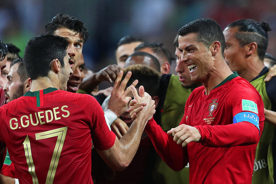 Sochi (Russian Federation), 15/06/2018.- Cristiano Ronaldo (R) of Portugal celebrates with his teammates after scoring the 2-1 lead during the FIFA World Cup 2018 group B preliminary round soccer match between Portugal and Spain in Sochi, Russia, 15 June 2018. (RESTRICTIONS APPLY: Editorial Use Only, not used in association with any commercial entity - Images must not be used in any form of alert service or push service of any kind including via mobile alert services, downloads to mobile devices or MMS messaging - Images must appear as still images and must not emulate match action video footage - No alteration is made to, and no text or image is superimposed over, any published image which: (a) intentionally obscures or removes a sponsor identification image; or (b) adds or overlays the commercial identification of any third party which is not officially associated with the FIFA World Cup) (España, Mundial de Fútbol, Rusia) EFE/EPA/FRIEDEMANN VOGEL EDITORIAL USE ONLY