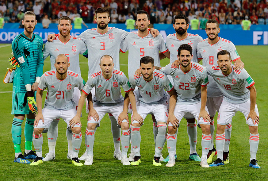 Sochi (Russian Federation), 15/06/2018.- The starting eleven of Spain pose for teampicture before the FIFA World Cup 2018 group B preliminary round soccer match between Portugal and Spain in Sochi, Russia, 15 June 2018. (RESTRICTIONS APPLY: Editorial Use Only, not used in association with any commercial entity - Images must not be used in any form of alert service or push service of any kind including via mobile alert services, downloads to mobile devices or MMS messaging - Images must appear as still images and must not emulate match action video footage - No alteration is made to, and no text or image is superimposed over, any published image which: (a) intentionally obscures or removes a sponsor identification image; or (b) adds or overlays the commercial identification of any third party which is not officially associated with the FIFA World Cup) (España, Mundial de Fútbol, Rusia) EFE/EPA/RONALD WITTEK EDITORIAL USE ONLY