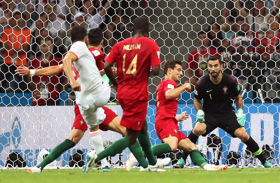 Sochi (Russian Federation), 15/06/2018.- Diego Costa (L) of Spain scores the 1-1 equalizer against Portugal's goalkeeper Rui Patricio (R) during the FIFA World Cup 2018 group B preliminary round soccer match between Portugal and Spain in Sochi, Russia, 15 June 2018. (RESTRICTIONS APPLY: Editorial Use Only, not used in association with any commercial entity - Images must not be used in any form of alert service or push service of any kind including via mobile alert services, downloads to mobile devices or MMS messaging - Images must appear as still images and must not emulate match action video footage - No alteration is made to, and no text or image is superimposed over, any published image which: (a) intentionally obscures or removes a sponsor identification image; or (b) adds or overlays the commercial identification of any third party which is not officially associated with the FIFA World Cup) (España, Mundial de Fútbol, Rusia) EFE/EPA/FRIEDEMANN VOGEL EDITORIAL USE ONLY