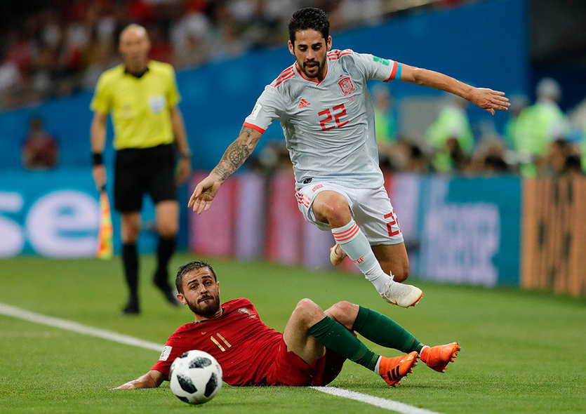 Sochi (Russian Federation), 15/06/2018.- Bernardo Silva (L) of Portugal and Isco of Spain in action during the FIFA World Cup 2018 group B preliminary round soccer match between Portugal and Spain in Sochi, Russia, 15 June 2018. (RESTRICTIONS APPLY: Editorial Use Only, not used in association with any commercial entity - Images must not be used in any form of alert service or push service of any kind including via mobile alert services, downloads to mobile devices or MMS messaging - Images must appear as still images and must not emulate match action video footage - No alteration is made to, and no text or image is superimposed over, any published image which: (a) intentionally obscures or removes a sponsor identification image; or (b) adds or overlays the commercial identification of any third party which is not officially associated with the FIFA World Cup) (España, Mundial de Fútbol, Rusia) EFE/EPA/RONALD WITTEK EDITORIAL USE ONLY