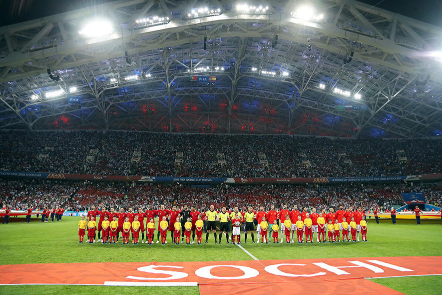 Sochi (Russian Federation), 15/06/2018.- Players of Portugal (L) and Spain (R) line up for the FIFA World Cup 2018 group B preliminary round soccer match between Portugal and Spain in Sochi, Russia, 15 June 2018. (RESTRICTIONS APPLY: Editorial Use Only, not used in association with any commercial entity - Images must not be used in any form of alert service or push service of any kind including via mobile alert services, downloads to mobile devices or MMS messaging - Images must appear as still images and must not emulate match action video footage - No alteration is made to, and no text or image is superimposed over, any published image which: (a) intentionally obscures or removes a sponsor identification image; or (b) adds or overlays the commercial identification of any third party which is not officially associated with the FIFA World Cup) (España, Mundial de Fútbol, Rusia) EFE/EPA/FRIEDEMANN VOGEL EDITORIAL USE ONLY