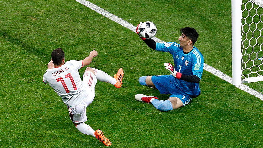 Kazan (Russian Federation), 20/06/2018.- Goalkeeper Ali Beiranvand of Iran (R) and Lucas Vazquez of Spain in action during the FIFA World Cup 2018 group B preliminary round soccer match between Iran and Spain in Kazan, Russia, 20 June 2018. (RESTRICTIONS APPLY: Editorial Use Only, not used in association with any commercial entity - Images must not be used in any form of alert service or push service of any kind including via mobile alert services, downloads to mobile devices or MMS messaging - Images must appear as still images and must not emulate match action video footage - No alteration is made to, and no text or image is superimposed over, any published image which: (a) intentionally obscures or removes a sponsor identification image; or (b) adds or overlays the commercial identification of any third party which is not officially associated with the FIFA World Cup) (España, Mundial de Fútbol, Rusia) EFE/EPA/SERGEY DOLZHENKO EDITORIAL USE ONLY EDITORIAL USE ONLY EPA-EFE/SERGEY DOLZHENKO EDITORIAL USE ONLY EDITORIAL USE ONLY EDITORIAL USE ONLY EPA-EFE/SERGEY DOLZHENKO EDITORIAL USE ONLY EDITORIAL USE ONLY EDITORIAL USE ONLY EDITORIAL USE ONLY