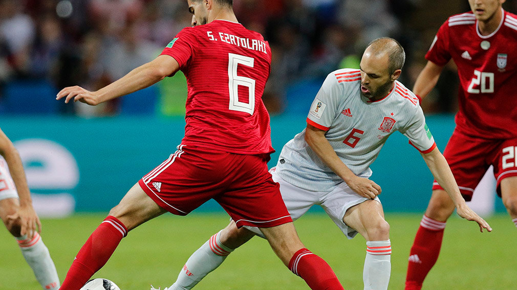 Kazan (Russian Federation), 20/06/2018.- Andres Iniesta (R) of Spain and Saeid Ezatolahi of Iran in action during the FIFA World Cup 2018 group B preliminary round soccer match between Iran and Spain in Kazan, Russia, 20 June 2018. (RESTRICTIONS APPLY: Editorial Use Only, not used in association with any commercial entity - Images must not be used in any form of alert service or push service of any kind including via mobile alert services, downloads to mobile devices or MMS messaging - Images must appear as still images and must not emulate match action video footage - No alteration is made to, and no text or image is superimposed over, any published image which: (a) intentionally obscures or removes a sponsor identification image; or (b) adds or overlays the commercial identification of any third party which is not officially associated with the FIFA World Cup) (España, Mundial de Fútbol, Rusia) EFE/EPA/ROBERT GHEMENT EDITORIAL USE ONLY