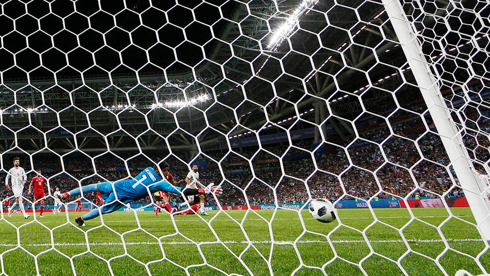 Kazan (Russian Federation), 20/06/2018.- Diego Costa (R white shirt) scores the opening goal against goalkeeper Ali Beiranvand of Iran during the FIFA World Cup 2018 group B preliminary round soccer match between Iran and Spain in Kazan, Russia, 20 June 2018. (RESTRICTIONS APPLY: Editorial Use Only, not used in association with any commercial entity - Images must not be used in any form of alert service or push service of any kind including via mobile alert services, downloads to mobile devices or MMS messaging - Images must appear as still images and must not emulate match action video footage - No alteration is made to, and no text or image is superimposed over, any published image which: (a) intentionally obscures or removes a sponsor identification image; or (b) adds or overlays the commercial identification of any third party which is not officially associated with the FIFA World Cup) (España, Mundial de Fútbol, Abierto, Rusia) EFE/EPA/DIEGO AZUBEL EDITORIAL USE ONLY