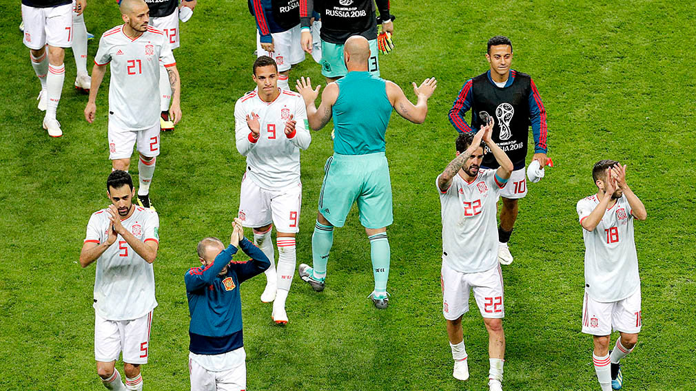 Kazan (Russian Federation), 20/06/2018.- Spain's players celebrate winning the FIFA World Cup 2018 group B preliminary round soccer match between Iran and Spain in Kazan, Russia, 20 June 2018. (RESTRICTIONS APPLY: Editorial Use Only, not used in association with any commercial entity - Images must not be used in any form of alert service or push service of any kind including via mobile alert services, downloads to mobile devices or MMS messaging - Images must appear as still images and must not emulate match action video footage - No alteration is made to, and no text or image is superimposed over, any published image which: (a) intentionally obscures or removes a sponsor identification image; or (b) adds or overlays the commercial identification of any third party which is not officially associated with the FIFA World Cup) (España, Mundial de Fútbol, Rusia) EFE/EPA/SERGEY DOLZHENKO EDITORIAL USE ONLY EDITORIAL USE ONLY