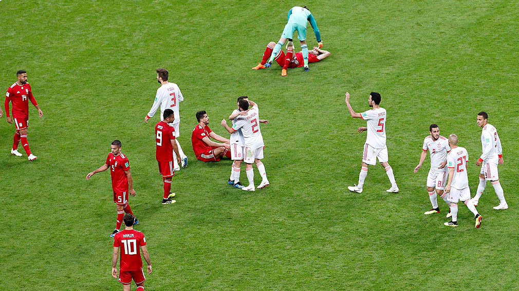 Kazan (Russian Federation), 20/06/2018.- Spain's players and Iran's players react after the FIFA World Cup 2018 group B preliminary round soccer match between Iran and Spain in Kazan, Russia, 20 June 2018. (RESTRICTIONS APPLY: Editorial Use Only, not used in association with any commercial entity - Images must not be used in any form of alert service or push service of any kind including via mobile alert services, downloads to mobile devices or MMS messaging - Images must appear as still images and must not emulate match action video footage - No alteration is made to, and no text or image is superimposed over, any published image which: (a) intentionally obscures or removes a sponsor identification image; or (b) adds or overlays the commercial identification of any third party which is not officially associated with the FIFA World Cup) (España, Mundial de Fútbol, Rusia) EFE/EPA/SERGEY DOLZHENKO EDITORIAL USE ONLY EDITORIAL USE ONLY