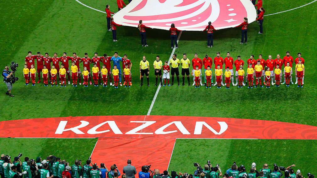 Kazan (Russian Federation), 20/06/2018.- Players of Iran (L) and Spain (R) line up for the FIFA World Cup 2018 group B preliminary round soccer match between Iran and Spain in Kazan, Russia, 20 June 2018. (RESTRICTIONS APPLY: Editorial Use Only, not used in association with any commercial entity - Images must not be used in any form of alert service or push service of any kind including via mobile alert services, downloads to mobile devices or MMS messaging - Images must appear as still images and must not emulate match action video footage - No alteration is made to, and no text or image is superimposed over, any published image which: (a) intentionally obscures or removes a sponsor identification image; or (b) adds or overlays the commercial identification of any third party which is not officially associated with the FIFA World Cup) (España, Mundial de Fútbol, Rusia) EFE/EPA/SERGEY DOLZHENKO EDITORIAL USE ONLY