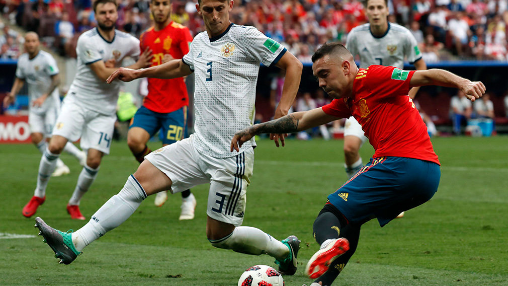 Moscow (Russian Federation), 01/07/2018.- Iago Aspas of Spain (R) and Ilya Kutepov of Russia in action during the FIFA World Cup 2018 round of 16 soccer match between Spain and Russia in Moscow, Russia, 01 July 2018. (RESTRICTIONS APPLY: Editorial Use Only, not used in association with any commercial entity - Images must not be used in any form of alert service or push service of any kind including via mobile alert services, downloads to mobile devices or MMS messaging - Images must appear as still images and must not emulate match action video footage - No alteration is made to, and no text or image is superimposed over, any published image which: (a) intentionally obscures or removes a sponsor identification image; or (b) adds or overlays the commercial identification of any third party which is not officially associated with the FIFA World Cup) (España, Mundial de Fútbol, Moscú, Rusia) EFE/EPA/SERGEI CHIRIKOV EDITORIAL USE ONLY EPA-EFE/SERGEI CHIRIKOV EDITORIAL USE ONLY EDITORIAL USE ONLY