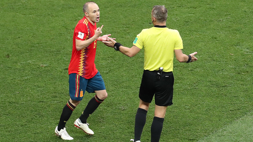 Moscow (Russian Federation), 01/07/2018.- Andres Iniesta (L) of Spain talks to Dutch referee Bjorn Kuipers during the FIFA World Cup 2018 round of 16 soccer match between Spain and Russia in Moscow, Russia, 01 July 2018. (RESTRICTIONS APPLY: Editorial Use Only, not used in association with any commercial entity - Images must not be used in any form of alert service or push service of any kind including via mobile alert services, downloads to mobile devices or MMS messaging - Images must appear as still images and must not emulate match action video footage - No alteration is made to, and no text or image is superimposed over, any published image which: (a) intentionally obscures or removes a sponsor identification image; or (b) adds or overlays the commercial identification of any third party which is not officially associated with the FIFA World Cup) (España, Mundial de Fútbol, Moscú, Rusia) EFE/EPA/ABEDIN TAHERKENAREH EDITORIAL USE ONLY