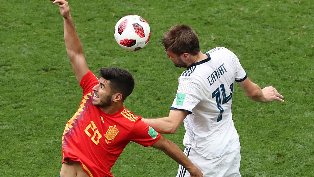 Moscow (Russian Federation), 01/07/2018.- Marco Asensio (L) of Spain and Vladimir Granat of Russia in action during the FIFA World Cup 2018 round of 16 soccer match between Spain and Russia in Moscow, Russia, 01 July 2018. (RESTRICTIONS APPLY: Editorial Use Only, not used in association with any commercial entity - Images must not be used in any form of alert service or push service of any kind including via mobile alert services, downloads to mobile devices or MMS messaging - Images must appear as still images and must not emulate match action video footage - No alteration is made to, and no text or image is superimposed over, any published image which: (a) intentionally obscures or removes a sponsor identification image; or (b) adds or overlays the commercial identification of any third party which is not officially associated with the FIFA World Cup) (España, Mundial de Fútbol, Moscú, Rusia) EFE/EPA/ABEDIN TAHERKENAREH EDITORIAL USE ONLY