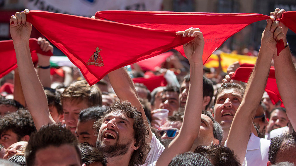 PAM04. Pamplona (Spain), 06/07/2019.- Revellers hold aloft their kerchiefs or 'panuelos, ' in the Town Hall Square as the eight-day Fiesta de San Fermin kicks off in Pamplona, northern Spain, 06 July 2019. The famed fiesta is renowned for its morning running-with-the bulls each day for eight days and it non-stop partying atmosphere, al made internationally famous by American novelist Ernest Hemingway in his 1926 novel The Sun Also Rises. (España) EFE/EPA/JIM HOLLANDER
