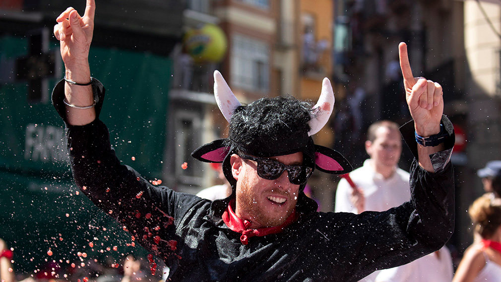 PAM04. Pamplona (Spain), 06/07/2019.- A reveller in a bull costume is held on shoulders as other thrown sangria and wine in the Town Hall Square as the eight-day Fiesta de San Fermin kicks off in Pamplona, northern Spain, 06 July 2019. The famed fiesta is renowned for its morning running-with-the bulls each day for eight days and it non-stop partying atmosphere, al made internationally famous by American novelist Ernest Hemingway in his 1926 novel The Sun Also Rises. (España) EFE/EPA/JIM HOLLANDER
