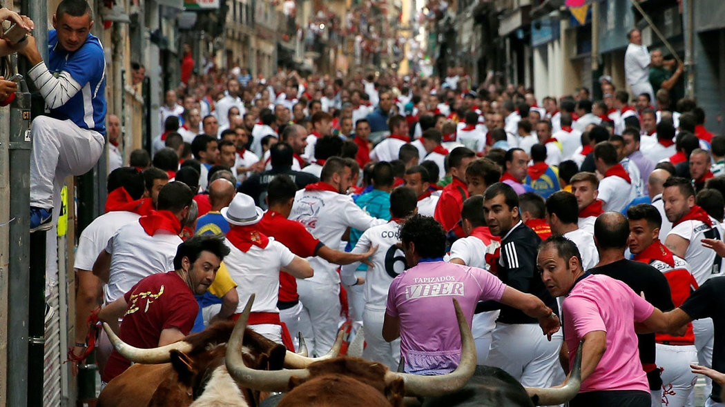 Runners lead Jandilla bulls during the fifth running of the bulls at the San Fermin festival in Pamplona, northern Spain, July 11, 2016. REUTERS/Susana VeraCODE: X01622