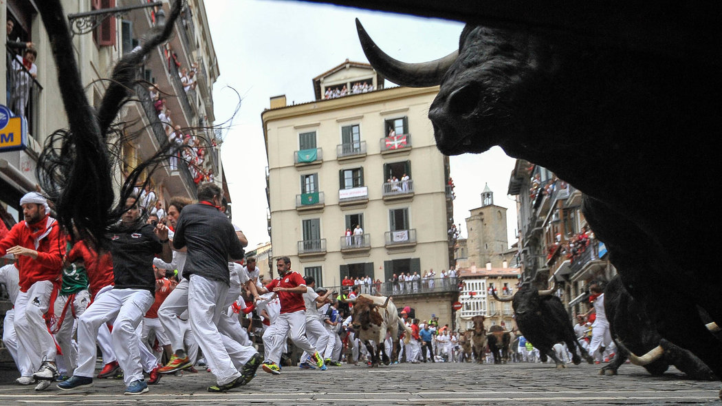 Participants run ahead of Victoriano del Río's fighting bulls on the sixth day of the San Fermin bull run festival in Pamplona, Spain on July 12, 2016.//CIAMIKEL_011015931/Credit:Mikel Cia Da Riva/SIPA/1607121004 *** Local Caption *** 00764006