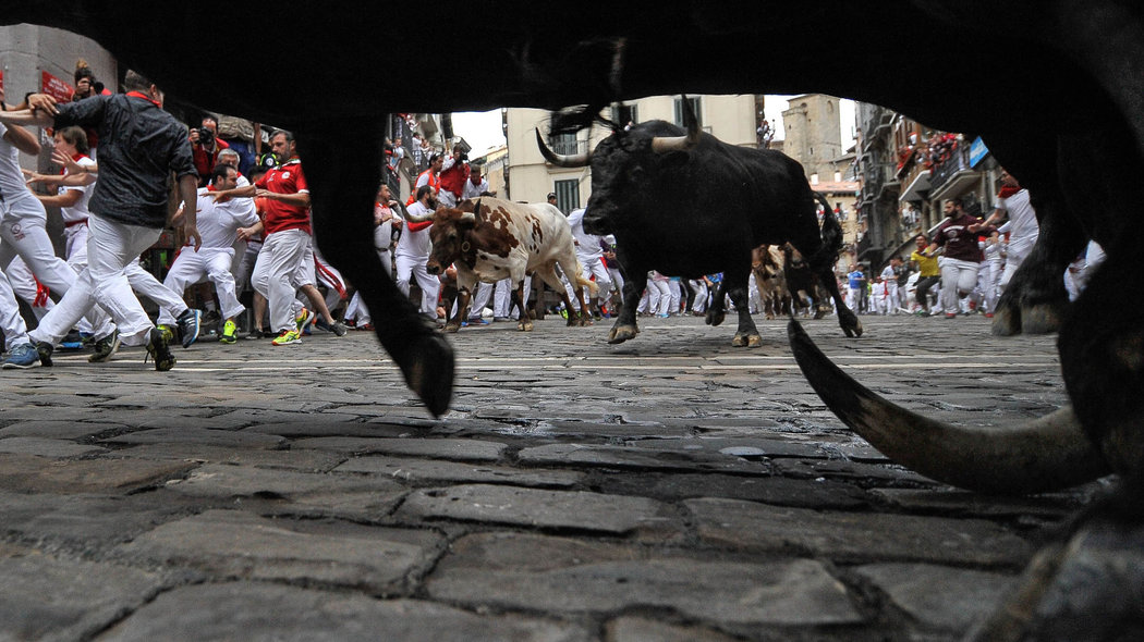 Participants run ahead of Victoriano del Río's fighting bulls on the sixth day of the San Fermin bull run festival in Pamplona, Spain on July 12, 2016.//CIAMIKEL_011015933/Credit:Mikel Cia Da Riva/SIPA/1607121004 *** Local Caption *** 00764006