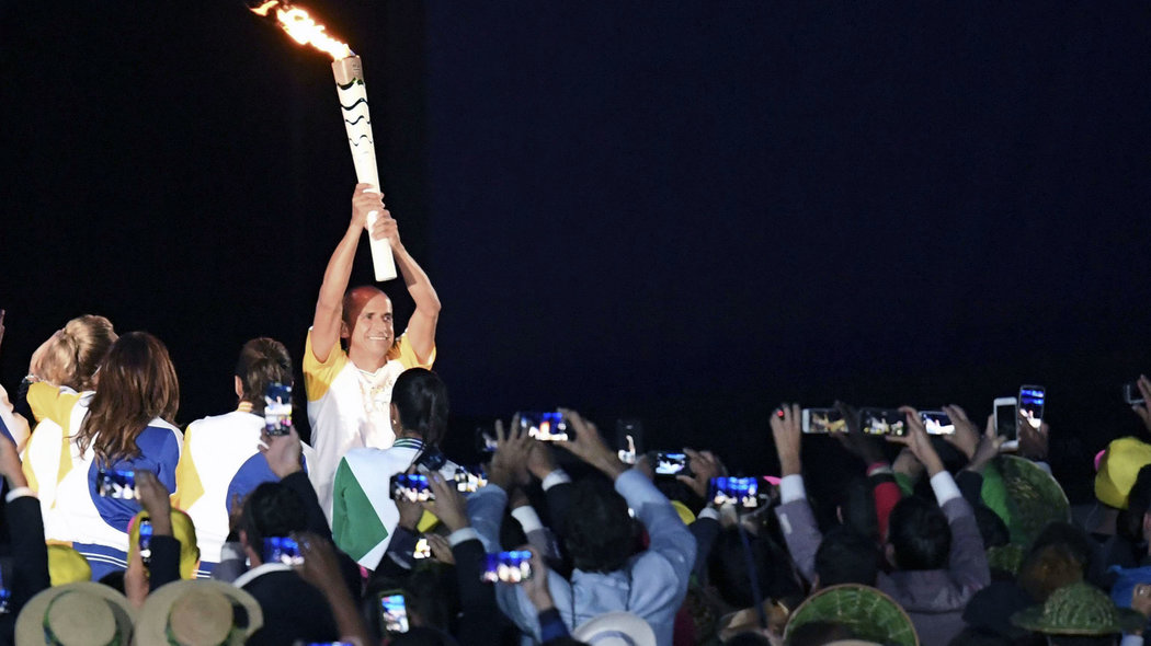Rio De Janeiro (Brazil), 05/08/2016.- Vanderlei Cordeiro de Lima climbs the steps to light the Olympic flame during the Opening Ceremony of the Rio 2016 Olympic Games at the Maracana Stadium in Rio de Janeiro, Brazil, 05 August 2016. The Rio 2016 Olympics will take place from 05 August until 21 August 2016 in Rio de Janeiro. (Brasil) EFE/EPA/CIRO FUSCO