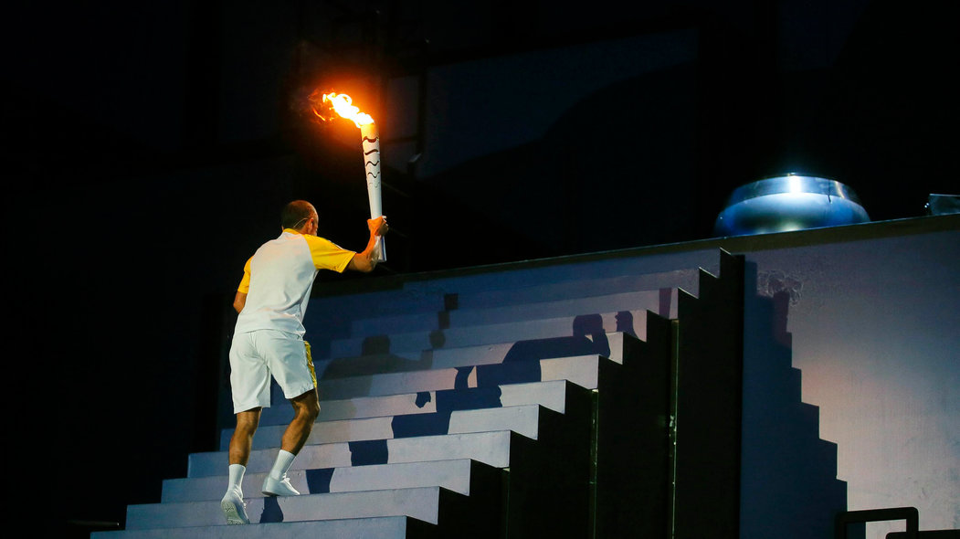 . Rio De Janeiro (Brazil), 05/08/2016.- Vanderlei Cordeiro de Lima climbs the steps to light the Olympic Flame during the Opening Ceremony of the Rio 2016 Olympic Games at the Maracana Stadium in Rio de Janeiro, Brazil, 05 August 2016. (Brasil) EFE/EPA/SERGEI ILNITSKY