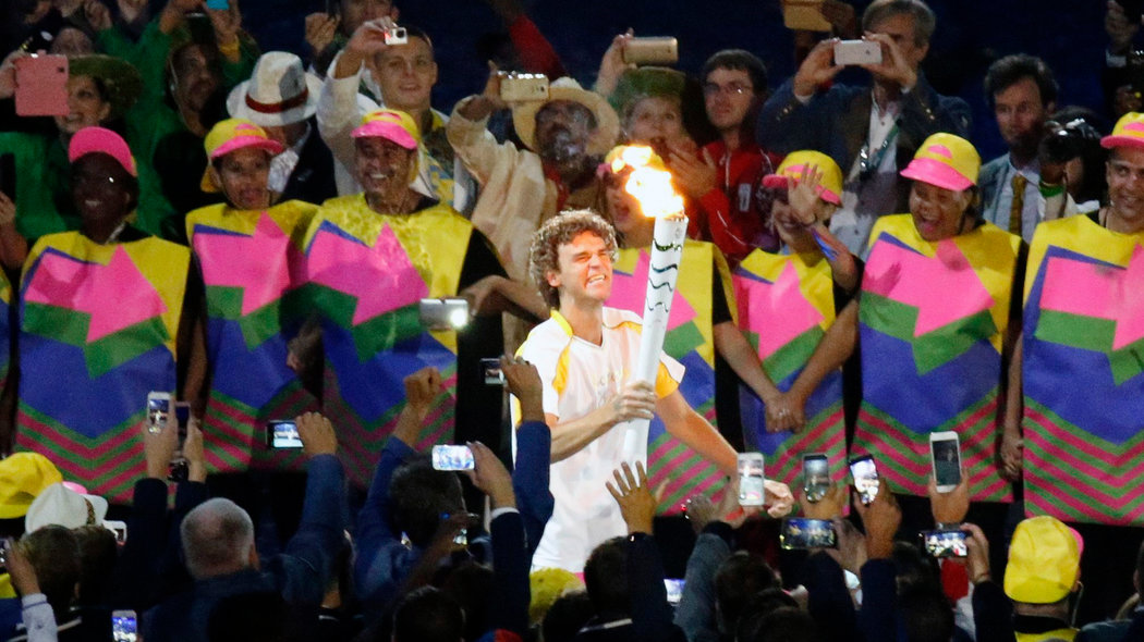 . Rio De Janeiro (Brazil), 05/08/2016.- Former Brazilian tennis player Gustavo Kuerten runs with the Olympic torch during the Opening Ceremony of the Rio 2016 Olympic Games at the Maracana Stadium in Rio de Janeiro, Brazil, 05 August 2016. (Brasil, Tenis) EFE/EPA/TATYANA ZENKOVICH