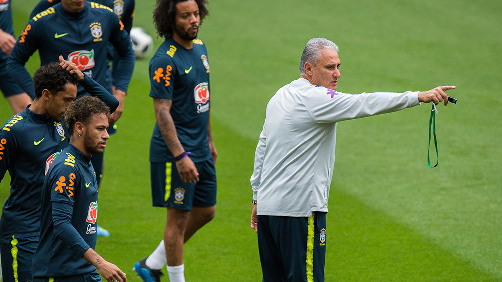 Brazil's head coach Tite (R) attends a team training session at Anfield in Liverpool, Britain, 02 June 2018. The Brazilian national soccer team prepares for the FIFA World Cup 2018 taking place in Russia from 14 June to 15 July 2018. (Mundial de Fútbol, Brasil, Rusia) EFE/EPA/PETER POWELL .