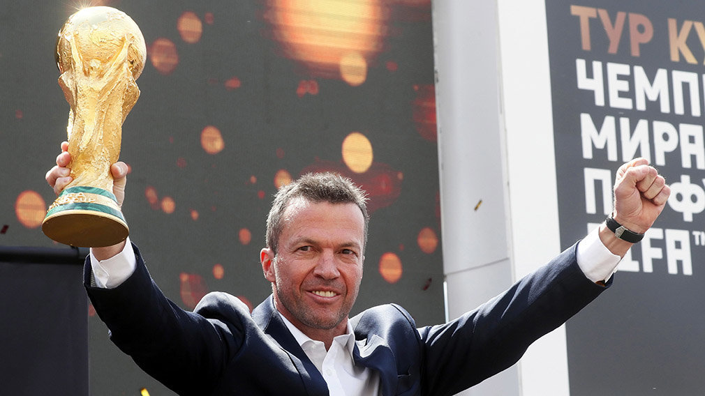 Former German soccer player Lothar Matthaeus presents the FIFA World Cup trophy during a ceremony in Moscow, Russia, 03 June 2018. The FIFA World Cup 2018 will take place in Russia from 14 June until 15 July 2018. (Mundial de Fútbol, Moscú, Rusia) EFE/EPA/MAXIM SHIPENKOV