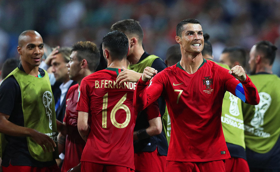 Sochi (Russian Federation), 15/06/2018.- Cristiano Ronaldo (R) of Portugal celebrates after scoring the 2-1 lead during the FIFA World Cup 2018 group B preliminary round soccer match between Portugal and Spain in Sochi, Russia, 15 June 2018. (RESTRICTIONS APPLY: Editorial Use Only, not used in association with any commercial entity - Images must not be used in any form of alert service or push service of any kind including via mobile alert services, downloads to mobile devices or MMS messaging - Images must appear as still images and must not emulate match action video footage - No alteration is made to, and no text or image is superimposed over, any published image which: (a) intentionally obscures or removes a sponsor identification image; or (b) adds or overlays the commercial identification of any third party which is not officially associated with the FIFA World Cup) (España, Mundial de Fútbol, Rusia) EFE/EPA/FRIEDEMANN VOGEL EDITORIAL USE ONLY