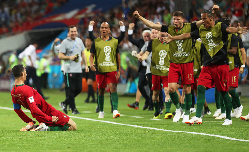 Sochi (Russian Federation), 15/06/2018.- Cristiano Ronaldo (L) of Portugal celebrates with his teammates after scoring the 2-1 lead during the FIFA World Cup 2018 group B preliminary round soccer match between Portugal and Spain in Sochi, Russia, 15 June 2018. (RESTRICTIONS APPLY: Editorial Use Only, not used in association with any commercial entity - Images must not be used in any form of alert service or push service of any kind including via mobile alert services, downloads to mobile devices or MMS messaging - Images must appear as still images and must not emulate match action video footage - No alteration is made to, and no text or image is superimposed over, any published image which: (a) intentionally obscures or removes a sponsor identification image; or (b) adds or overlays the commercial identification of any third party which is not officially associated with the FIFA World Cup) (España, Mundial de Fútbol, Rusia) EFE/EPA/FRIEDEMANN VOGEL EDITORIAL USE ONLY