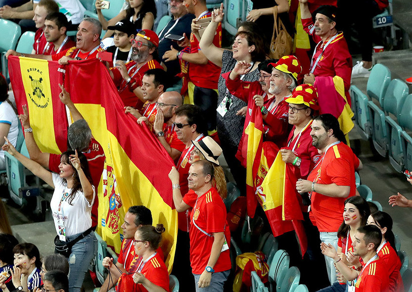 Sochi (Russian Federation), 15/06/2018.- Supporters of Spain prior the FIFA World Cup 2018 group B preliminary round soccer match between Portugal and Spain in Sochi, Russia, 15 June 2018. (RESTRICTIONS APPLY: Editorial Use Only, not used in association with any commercial entity - Images must not be used in any form of alert service or push service of any kind including via mobile alert services, downloads to mobile devices or MMS messaging - Images must appear as still images and must not emulate match action video footage - No alteration is made to, and no text or image is superimposed over, any published image which: (a) intentionally obscures or removes a sponsor identification image; or (b) adds or overlays the commercial identification of any third party which is not officially associated with the FIFA World Cup) (España, Mundial de Fútbol, Rusia) EFE/EPA/MOHAMED MESSARA EDITORIAL USE ONLY