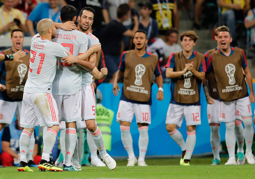 Sochi (Russian Federation), 15/06/2018.- Diego Costa (2-L) of Spain celebrates with team mates David Silva (L) and Sergio Busquets (3-L) after scoring the 1-1 goal during the FIFA World Cup 2018 group B preliminary round soccer match between Portugal and Spain in Sochi, Russia, 15 June 2018. (RESTRICTIONS APPLY: Editorial Use Only, not used in association with any commercial entity - Images must not be used in any form of alert service or push service of any kind including via mobile alert services, downloads to mobile devices or MMS messaging - Images must appear as still images and must not emulate match action video footage - No alteration is made to, and no text or image is superimposed over, any published image which: (a) intentionally obscures or removes a sponsor identification image; or (b) adds or overlays the commercial identification of any third party which is not officially associated with the FIFA World Cup) (España, Mundial de Fútbol, Rusia) EFE/EPA/RONALD WITTEK EDITORIAL USE ONLY