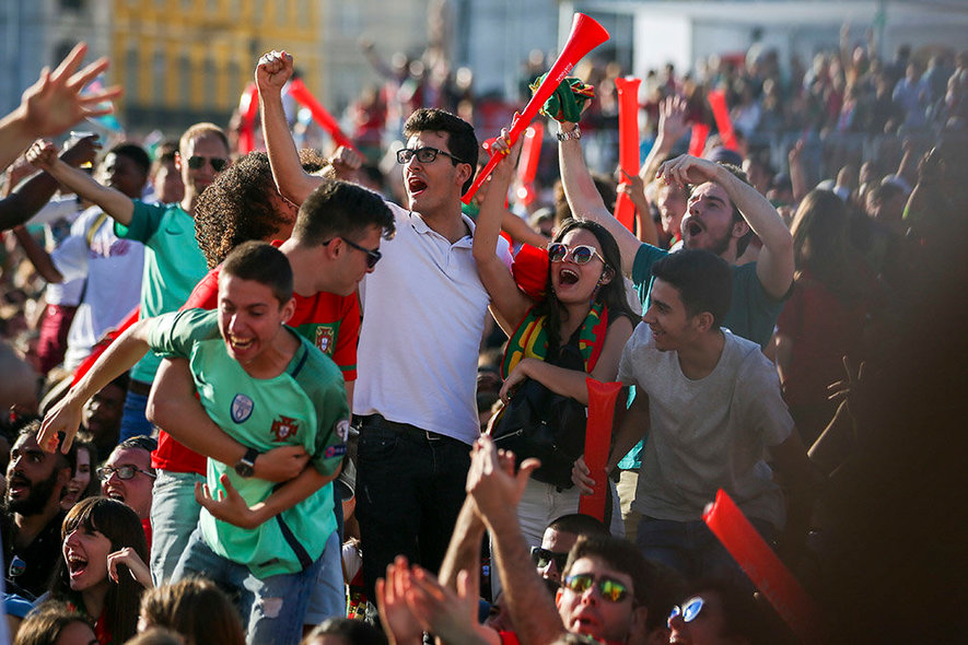 JSG. Lisbon (Portugal), 15/06/2018.- Portuguese fans cheer as they watch on a giant screen the FIFA World Cup 2018 group B preliminary round soccer match between Portugal and Spain in Lisbon, Portugal, 15 June 2018. (España, Mundial de Fútbol, Lisboa) EFE/EPA/JOSE SENA GOULAO