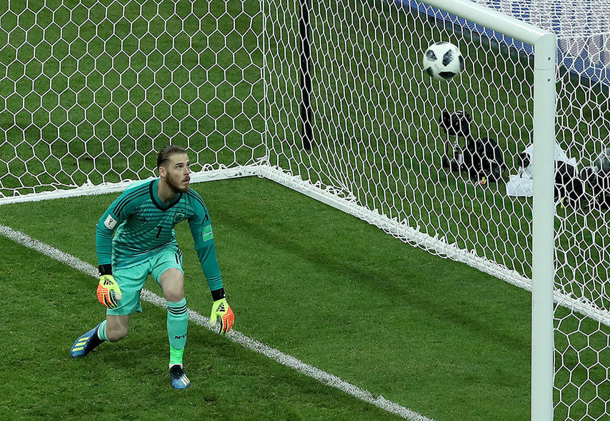 Sochi (Russian Federation), 15/06/2018.- Goalkeeper David de Gea of Spain concedes the 3-3 during the FIFA World Cup 2018 group B preliminary round soccer match between Portugal and Spain in Sochi, Russia, 15 June 2018. (RESTRICTIONS APPLY: Editorial Use Only, not used in association with any commercial entity - Images must not be used in any form of alert service or push service of any kind including via mobile alert services, downloads to mobile devices or MMS messaging - Images must appear as still images and must not emulate match action video footage - No alteration is made to, and no text or image is superimposed over, any published image which: (a) intentionally obscures or removes a sponsor identification image; or (b) adds or overlays the commercial identification of any third party which is not officially associated with the FIFA World Cup) (España, Mundial de Fútbol, Rusia) EFE/EPA/MOHAMED MESSARA EDITORIAL USE ONLY EDITORIAL USE ONLY EDITORIAL USE ONLY