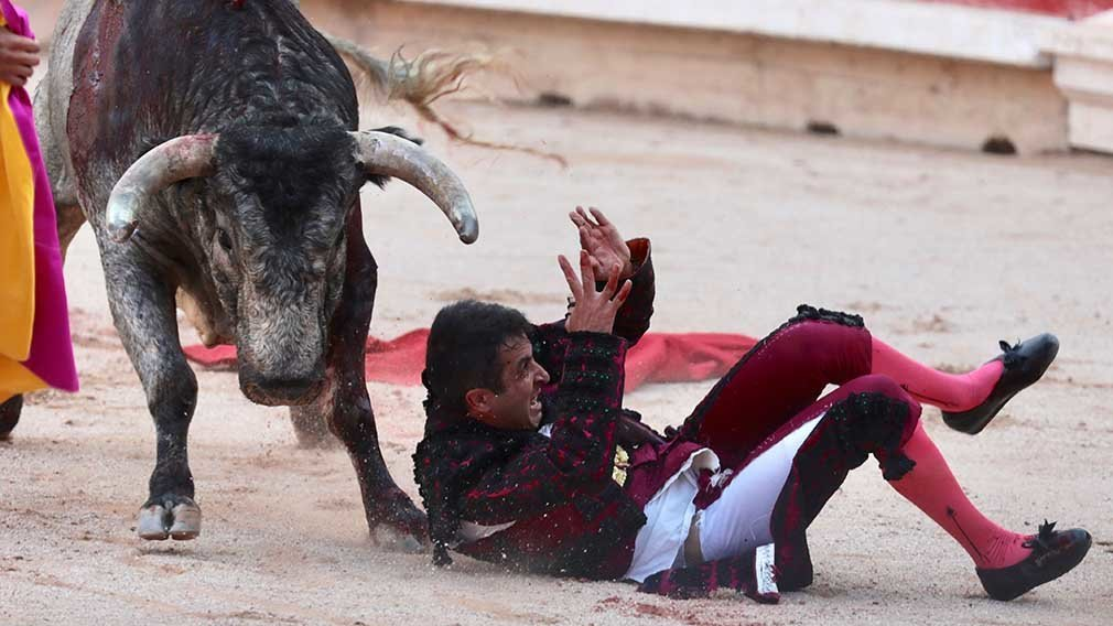 PAM101. Pamplona (Spain), 08/07/2018.- Spanish bullfighter Javier Castano is tossed and gored by a bull from the Jose Escolar Gil ranch in a bullfight during the Festival of San Fermin 2018 in Pamplona, Spain, 08 July 2018. He was carried out of the bullring into the infirmary. The festival, locally known as Sanfermines, is held annually from 06 to 14 July in commemoration of the city's patron saint. Hundreds of thousands of visitors from all over the world attend the fiesta. Many of them physically participate in the highlight event - the running of the bulls, or encierro - where they attempt to outrun the bulls along a route through the narrow streets of the old city. (España, Estados Unidos) EFE/EPA/JIM HOLLANDER