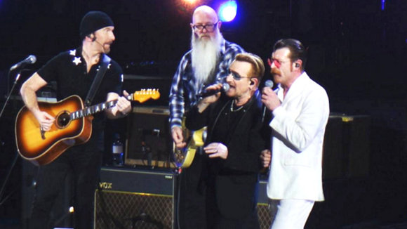 Eagles of Death metal cantando con U2.
