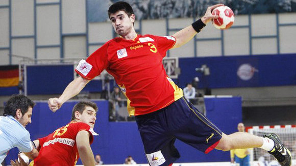 Spain's Eduardo Gurbindo attempts to score against Slovenia during their Men's European Handball Federation Championship second round match in Innsbruck January 28, 2010. REUTERS/Oleg Popov  (AUSTRIA - Tags: SPORT HANDBALL)