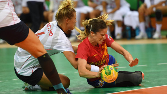 . Rio De Janeiro (Brazil), 08/08/2016.- Norway's Marit Malm Frafjord (L) in action against Spain's Nerea Pena during the women's preliminary round Handball game of the Rio 2016 Olympic Games at the Future Arena in the Olympic Park in Rio de Janeiro,