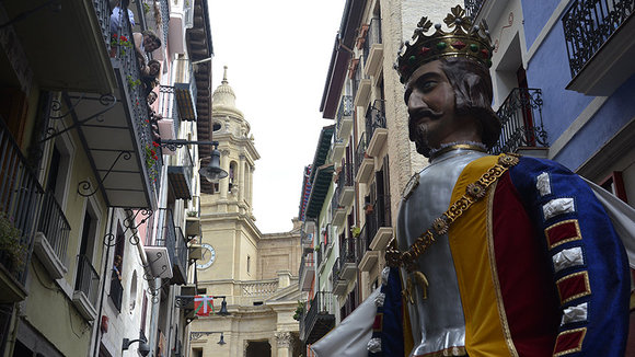 Multitudinaria comparsa: los gigantes se despiden de Pamplona hasta su regreso por San Saturnino