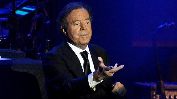epa04662621 Spanish singer Julio Iglesias performs at Ulker Arena in Istanbul, Turkey, 14 March 2015. EPA/DENIZ TOPRAK