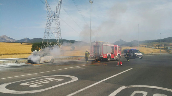 Incidente en el peaje de Zuasti : un coche se incendia frente a un control de la Guardia Civil