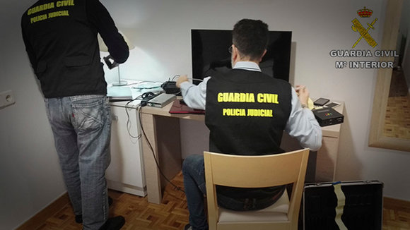 La Guardia Civil registra el material incautado GC
