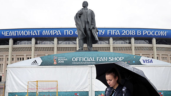 KOCH02. Moscow (Russian Federation), 10/06/2018.- A woman wlaks in front of Lenin Monument near Luzhniki arena stadium in Moscow, Russia, 10 June 2018. The FIFA World Cup 2018 will take place in Russia from 14 June to 15 July 2018. (Mundial de Fútbo
