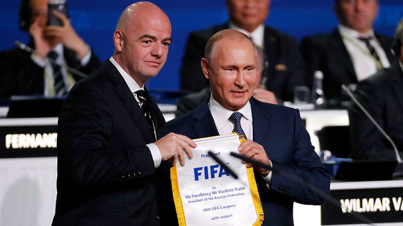 Moscow (Russian Federation), 13/06/2018.- FIFA president Gianni Infantino (L) poses with Russian President Vladimir Putin after Putin addressed the delegates of the 68th FIFA Congress in Moscow, Russia, 13 June 2018. (Mundial de Fútbol, Moscú, Rusi
