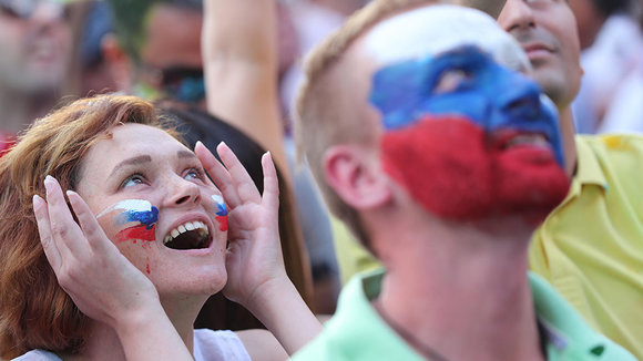 TOL07. St Petersburg (Russia), 14/06/2018.- Russian fans cheer at Fan Fest area as they watch the first match of FIFA World Cup 2018 between Russia and Saudi Arabia in Moscow, in St Petersbug, Russia 14 June 2018. The FIFA World Cup will take place in Russia from 14 June to 15 July 2018. (Mundial de Fútbol, Arabia Saudita, Moscú, Rusia) EFE/EPA/TOLGA BOZOGLU