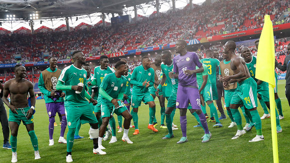Moscow (Russian Federation), 19/06/2018.- Players of Senegal celebrate after the FIFA World Cup 2018 group H preliminary round soccer match between Poland and Senegal in Moscow, Russia, 19 June 2018. Senegal won the match 2-1. (RESTRICTIONS APPLY: Editorial Use Only, not used in association with any commercial entity - Images must not be used in any form of alert service or push service of any kind including via mobile alert services, downloads to mobile devices or MMS messaging - Images must appear as still images and must not emulate match action video footage - No alteration is made to, and no text or image is superimposed over, any published image which: (a) intentionally obscures or removes a sponsor identification image; or (b) adds or overlays the commercial identification of any third party which is not officially associated with the FIFA World Cup) (Mundial de Fútbol, Polonia, Moscú, Rusia) EFE/EPA/FELIPE TRUEBA EDITORIAL USE ONLY