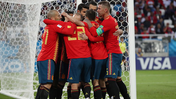 Kaliningrad (Russian Federation), 25/06/2018.- Players of Spain celebrate the 1-1 goal during the FIFA World Cup 2018 group B preliminary round soccer match between Spain and Morocco in Kaliningrad, Russia, 25 June 2018. (RESTRICTIONS APPLY: Editorial Use Only, not used in association with any commercial entity - Images must not be used in any form of alert service or push service of any kind including via mobile alert services, downloads to mobile devices or MMS messaging - Images must appear as still images and must not emulate match action video footage - No alteration is made to, and no text or image is superimposed over, any published image which: (a) intentionally obscures or removes a sponsor identification image; or (b) adds or overlays the commercial identification of any third party which is not officially associated with the FIFA World Cup) (España, Mundial de Fútbol, Kaliningrado, Marruecos, Rusia) EFE/EPA/MARTIN DIVISEK EDITORIAL USE ONLY