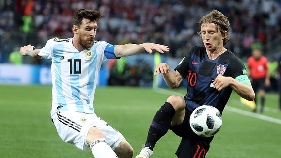 Nizhny Novgorod (Russian Federation), 21/06/2018.- Lionel Messi of Argentina (L) and Luka Modric of Croatia in action during the FIFA World Cup 2018 group D preliminary round soccer match between Argentina and Croatia in Nizhny Novgorod, Russia, 21 June 2018. (RESTRICTIONS APPLY: Editorial Use Only, not used in association with any commercial entity - Images must not be used in any form of alert service or push service of any kind including via mobile alert services, downloads to mobile devices or MMS messaging - Images must appear as still images and must not emulate match action video footage - No alteration is made to, and no text or image is superimposed over, any published image which: (a) intentionally obscures or removes a sponsor identification image; or (b) adds or overlays the commercial identification of any third party which is not officially associated with the FIFA World Cup). (Croacia, Mundial de Fútbol, Rusia) EFE/EPA/VASSIL DONEV EDITORIAL USE ONLY EDITORIAL USE ONLY