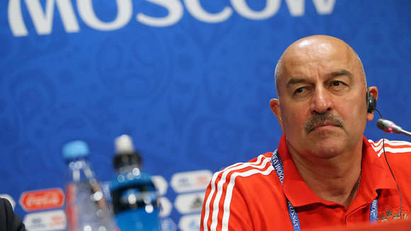 ABD04. Moscow (Russian Federation), 30/06/2018.- Russia's head coach Stanislav Cherchesov attends a press conference at Luzhniki Stadium in Moscow, Russia, 30 June 2018. Russia will face Spain in the FIFA World Cup 2018, round of 16 soccer match on 01 July 2018. (España, Mundial de Fútbol, Moscú, Rusia) EFE/EPA/ABEDIN TERKENAREH