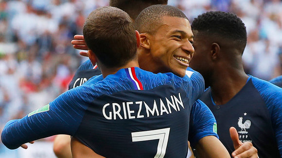 Kazan (Russian Federation), 30/06/2018.- Antoine Griezmann (L) of France celebrates with team mate Kylian Mbappe after scoring the 1-0 lead from the penalty spot during the FIFA World Cup 2018 round of 16 soccer match between France and Argentina in Kazan, Russia, 30 June 2018. (RESTRICTIONS APPLY: Editorial Use Only, not used in association with any commercial entity - Images must not be used in any form of alert service or push service of any kind including via mobile alert services, downloads to mobile devices or MMS messaging - Images must appear as still images and must not emulate match action video footage - No alteration is made to, and no text or image is superimposed over, any published image which: (a) intentionally obscures or removes a sponsor identification image; or (b) adds or overlays the commercial identification of any third party which is not officially associated with the FIFA World Cup) (Mundial de Fútbol, Rusia, Francia) EFE/EPA/DIEGO AZUBEL EDITORIAL USE ONLY